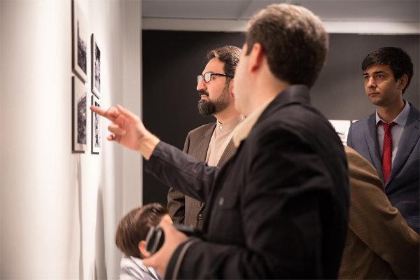 بازدید معاون هنری از نمایشگاه عکس کی یف؛ شهر انقلاب و زندگی